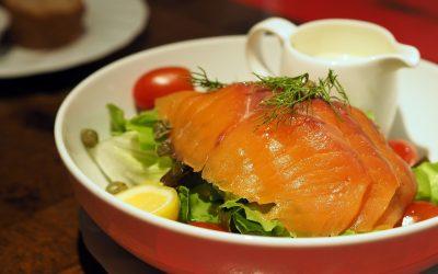 Comer salmón ahumado