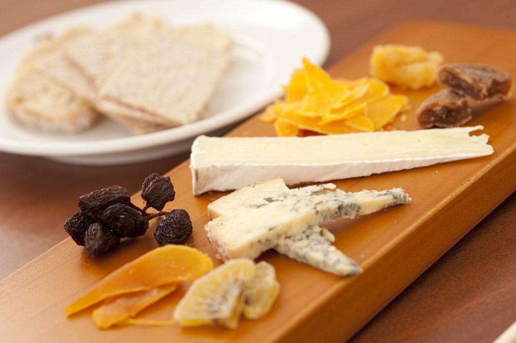 Parece sencillo, pero hay varios factores que han de tomarse en consideración para preparar una tabla de quesos, desde el tipo de producto hasta las temperaturas, el corte y los acompañamientos para cada momento.